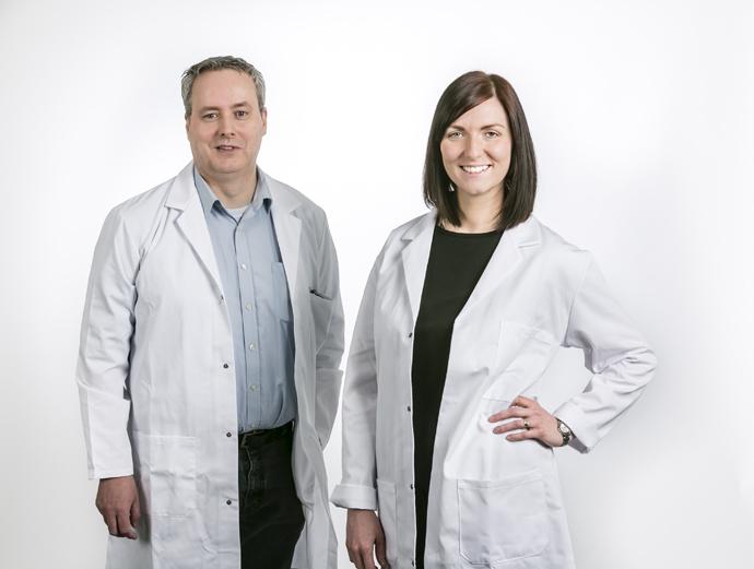 Im Bild sind zwei Personen in Laborkleidung zu sehen