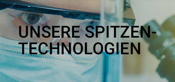 Im Bild ist eine Forscherin mit Reagenzglas zu sehen