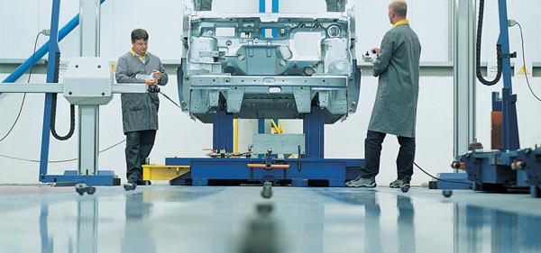 Im Bild sieht man eine glänzende Bodenbeschichtung in einer Autowerkstatt