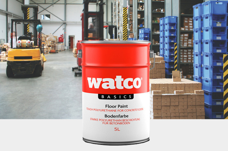 Im Bild: Watco Basics Bodenfarbe mit einem Lagerhaus im Hintergrund bei dem ein Gabelstapler auf einem grau beschichtetem Boden fährt