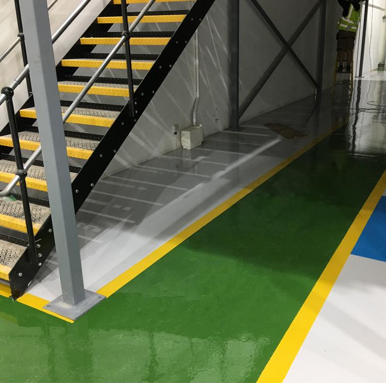 Im Bild ist ein grauer Boden mit einem grün gekennzeichneten Boden und gelben Rändern zu sehen