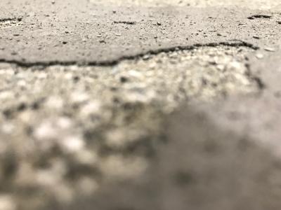 Im Bild ist ein aufgebröckelter Betonboden zu sehen