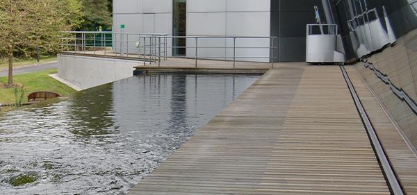 Im Bild: Die GfK-Terrassenstreifen aufgebracht auf einer Holzbeplankung