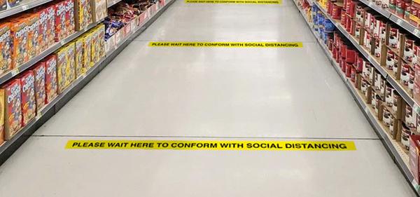 Im Bild: Ein Supermarktboden mit Distanzierungsmarkierungen auf dem Boden
