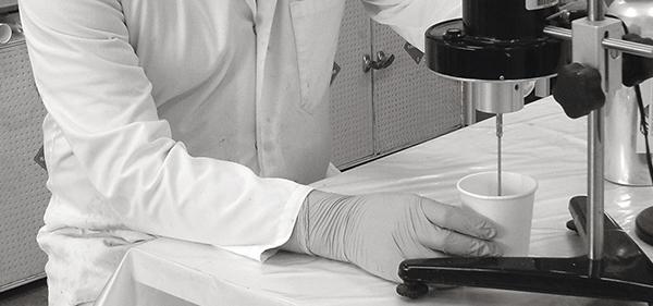 Im Bild: Unser Chemiker im weissen Laborkittel